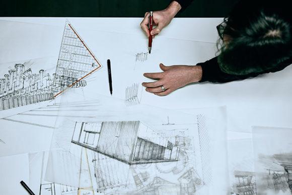 Architecte au travail conceptualise un projet