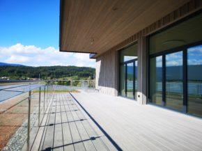 Repas et salle de réunion avec balcon