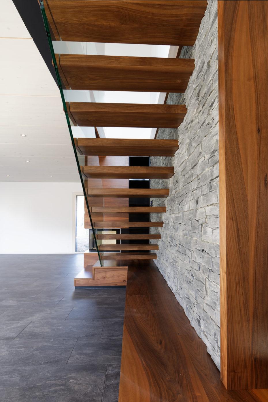 Escalier avec espaces jour bois