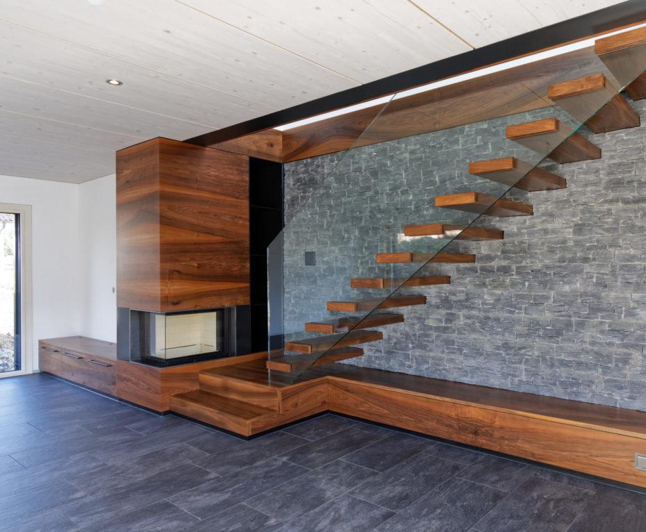 Escalier en bois noyer